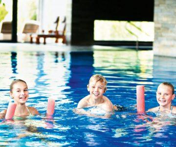 kinder_beim_schwimmen_im_hallenbad_c_edward_groeger_art_in_action_der_krallerhof